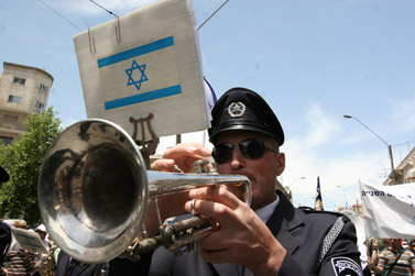 גורם משטרתי חד-משמעי. נגן במצעד לציון נצחון בנות-הברית במלחמת העולם השנייה, אתמול בירושלים (אנה קפלן)