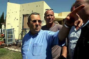 שר הביטחון אהוד ברק בקיבוץ כפר-עזה. צילום: פלאש 90
