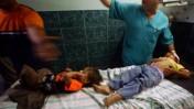 רופאים מטפלים בילדים, אתמול בבית-החולים שיפא בעזה (צילום: פלאש 90)