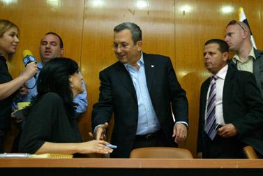 אהוד ברק במסיבת עיתונאים, אתמול בכנסת (צילום: אוליביה פיטוסי)