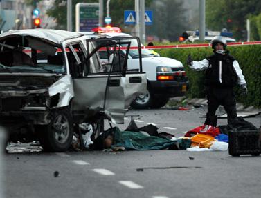 """שרידי מכוניתו של עו""""ד יורם חכם, שנרצח שלשום בפיצוץ  (צילום: רוני שוצר)"""