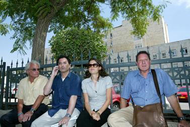 בני משפחות החטופים מחוץ למשרד ראש הממשלה, אתמול (צילום:אוליביה פיטוסי)