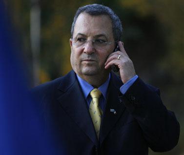 שר הביטחון אהוד ברק ומכשיר סלולרי (צילום: מיכל פתאל)