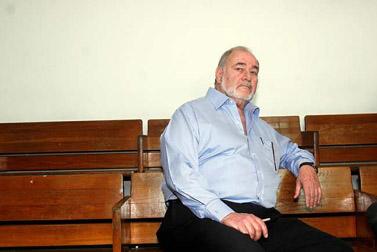 שר האוצר לשעבר אברהם הירשזון, בבית-המשפט בתל-אביב (צילום: רוני שוצר)