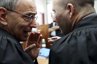 """פרקליט המדינה משה לדור (משמאל) משוחח עם עו""""ד רועי בלכר, השבוע בבית-המשפט (צילום: קובי גדעון)"""