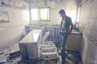 צעיר מחמולת חילס סוקר את ביתו שנהרס על-ידי חמאס, אתמול בעזה (צילום: פלאש 90)
