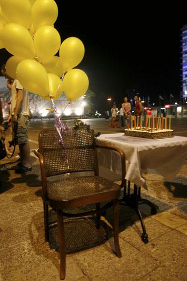 הפגנה למען שחרורו של גלעד שליט, אתמול בתל-אביב (צילום: רוני שוצר)