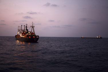 ספינה ממתינה בכניסה לנמל אשדוד (צילום: חן ליאופולד)