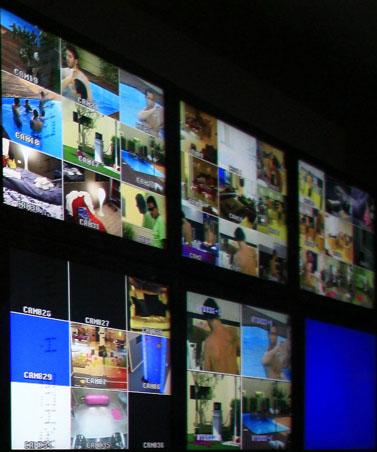 """מסכים בחדר ההפקה של השעמומון """"האח הגדול"""", באולפנים בנווה-אילן (צילום: מיכל פתאל)"""