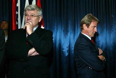 שר החוץ הצרפתי ברנאר קושנר (מימין) ושר החוץ הגרמני יושקה פישר, מחכים לשרת החוץ ציפי לבני, היום במשרד החוץ בירושלים (צילום: אוליביה פיטוסי)