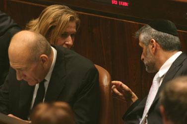 """יו""""ר ש""""ס (מימין) משוחח עם יו""""ר קדימה. בתווך: ראש הממשלה. אתמול, פתיחת מושב החורף של הכנסת (צילום: יוסי זמיר)"""