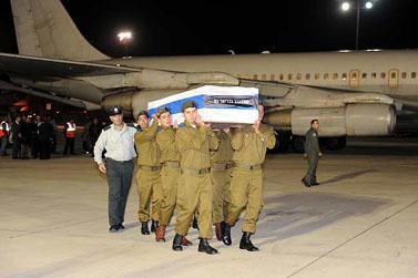 """ארונות הנספים בפיגוע בהודו מגיעים לישראל (צילום: לע""""מ)"""