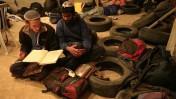 שני נערים לומדים גמרא בבית המיועד לפינוי בחברון (צילום: נתי שוחט)