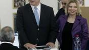 """יו""""ר הליכוד בנימין נתניהו ואשתו שרה, היום בירושלים בקלפי של הבחירות המקדימות למפלגה (צילום: אוליבייה פיטוסי)"""