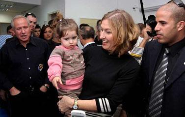 שרת החוץ ציפי לבני מחבקת תינוקות בביקורה באשקלון, אתמול (צילום: אדי ישראל)