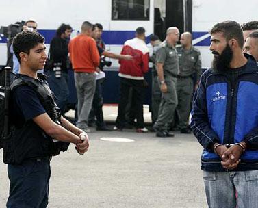שחרור אסירים פלסטינים, אתמול במחסום ביתוניא (צילום: קובי גדעון)