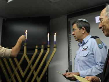 נשיא המדינה שמעון פרס (מימין) ומפקד חיל האוויר עידו נחושתן, מדליקים נר של חנוכה, היום (צילום: פלאש 90)