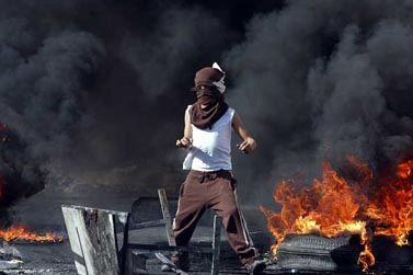 נער פלסטיני זורק אבנים על כוחות הביטחון בהפגנה על רקע המלחמה בעזה, שכונת שועפאט, 28 בדצמבר 2008 (צילום: ליאור מזרחי)