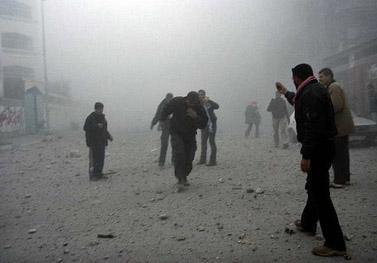 תושבים בבית-לקיא בוחנים את ביתו המופגז של מנהיג חמאס, אתמול (צילום: פאדי עדוואן)