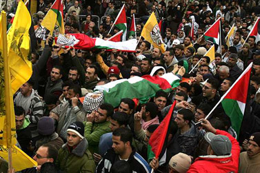 """לויית שני מפגינים שנהרגו מאש צה""""ל אתמול בנעלין (צילום: עיסאם רימאווי)"""