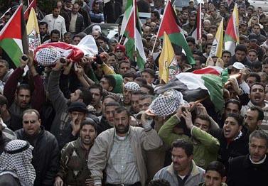 """הלוויית שני צעירים פלסטינים שנהרגו על-ידי צה""""ל במהלך הפגנות נגד המלחמה בעזה. ניעלין, 29 בדצמבר 2008(צילום: עיסאם רימאווי)"""