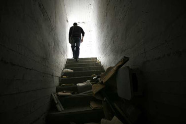 תושב שדרות יוצא ממקלט נטוש, שלשום (צילום: מרים אלסטר)