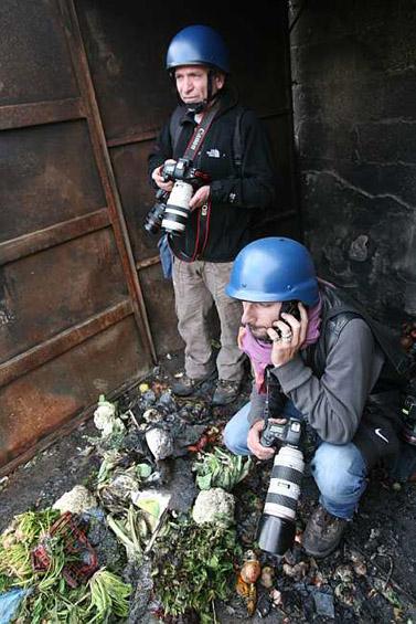 עיתונאים מסתתרים באשפה בעת מהומות ערביות בשועפט (צילום: יוסי זמיר)