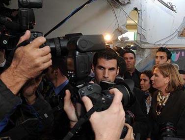 """שרת החוץ ציפי לבני מבקרת גן ילדים שנפגע מרקטת גראד, אתמול בבאר-שבע (צילום: לע""""מ)"""