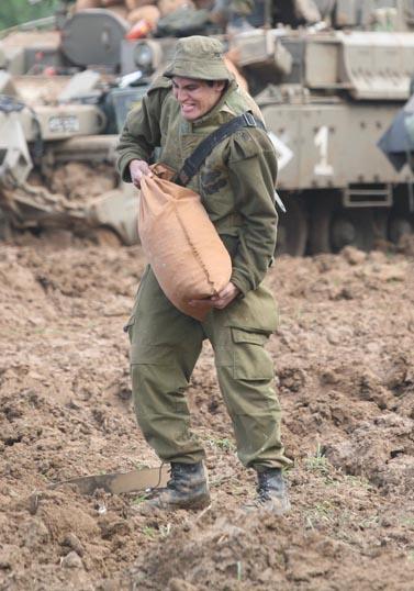 """חייל צה""""ל ליד גבול עזה, היום (צילום: יוסי זמיר)"""