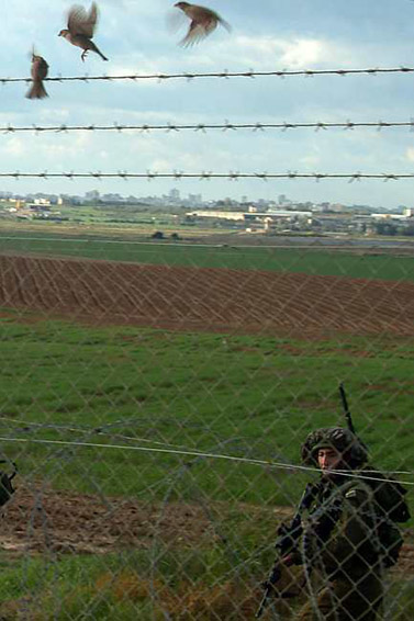 """חיילי צה""""ל בגבול הרצועה, שלשום (צילום: פלאש 90)"""