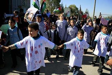 הפגנה נגד המלחמה בעזה, אתמול ברמאללה (צילום: עיסאם רימאווי)
