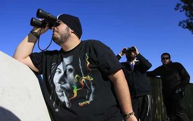 אזרחים בדרום הארץ צופים בנעשה ברצועת עזה, אתמול (צילום: צפריר אביוב)