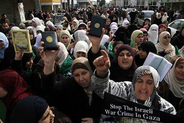 הפגנה נגד המבצע בעזה, רמאללה, 16 בינואר (צילום: עיסאם רימאווי)