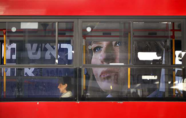 """אוטובוס חולף על פני שלט בחירות של יו""""ר קדימה ציפי לבני, אתמול בתל-אביב (צילום: מרים אלסטר)"""