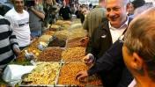 """יו""""ר הליכוד בנימין נתניהו, אתמול בשוק מחנה-יהודה בירושלים (צילום: אוליבייה פיטוסי)"""