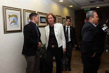 שר הבטחון אהוד ברק (מימין) ושרת החוץ ציפי לבני, היום בכניסה לישיבת הקבינט (צילום: פלאש 90)