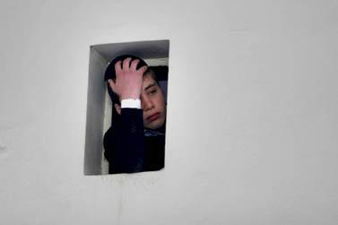 נער חרדי מביט מבעד לחלון בישיבת פוניבז' בהלוויית הרב כהנמן, שלשום בבני-ברק (צילום: רוני שיצר)