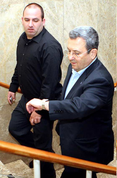 שר הביטחון אהוד ברק והיועץ רונן משה בדרך לישיבת הקבינט אתמול (צילום: פלאש 90)