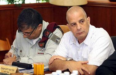 """ראש השב""""כ יובל דיסקין (מימין), אתמול בישיבת הממשלה (צילום: פלאש 90)"""