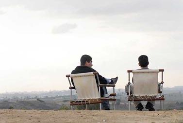 אזרחים יושבים וצופים משדרות על רצועת עזה (צילום: לאורה וייסמן)