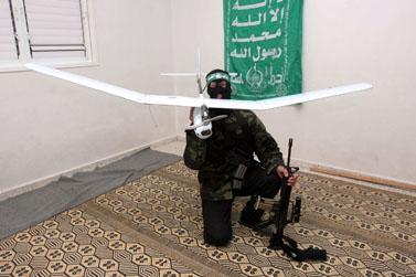 """פעיל חמאס מחזיק כלי-טיס צה""""לי שהופל בעזה לפני כחודש (פלאש 90)"""