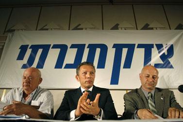 """ארקדי גאידמק מכריז על הקמת מפלגת """"צדק חברתי"""", יולי 2007 (צילום: מיכל פתאל)"""