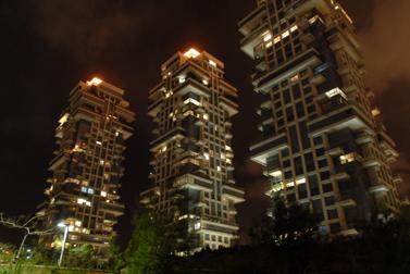 מגדלי אקירוב בלילה, תל-אביב (צילום: פלאש 90)
