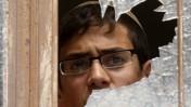 נער מביט מחלון בישיבת מרכז-הרב על הלוויית הנערים שנרצחו בפיגוע בישיבה אתמול (צילום: פלאש 90)