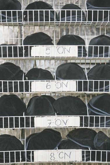 כיפות למכירה, שכונת הבוכרים בירושלים (צילום: נתי שוחט)