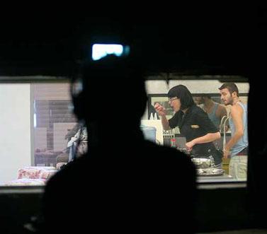 """משתתפים בתוכנית """"האח הגדול"""" נראים מבעד למראה חד-צדדית באולפן ערוץ 2, החודש בנווה אילן (צילום: יוסי זמיר)"""