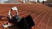 אשה קוראת עיתון על גג בית בשכונת נחלאות, אתמול בירושלים (צילום: נתי שוחט)