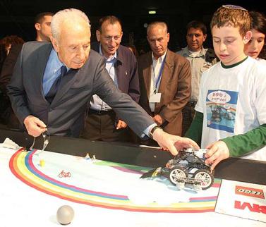 נשיא המדינה שמעון פרס בתחרות רובוטים, שלשום בתל-אביב (צילום: רוני שוצר)
