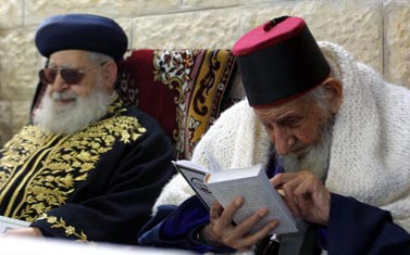 מימין: הרב כדורי והרב עובדיה יוסף. אוקטובר 2003 (צילום: פלאש 90)