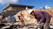 פועל סיני באתר בנייה במתחם הכנסת (צילום ארכיון: פלאש 90)